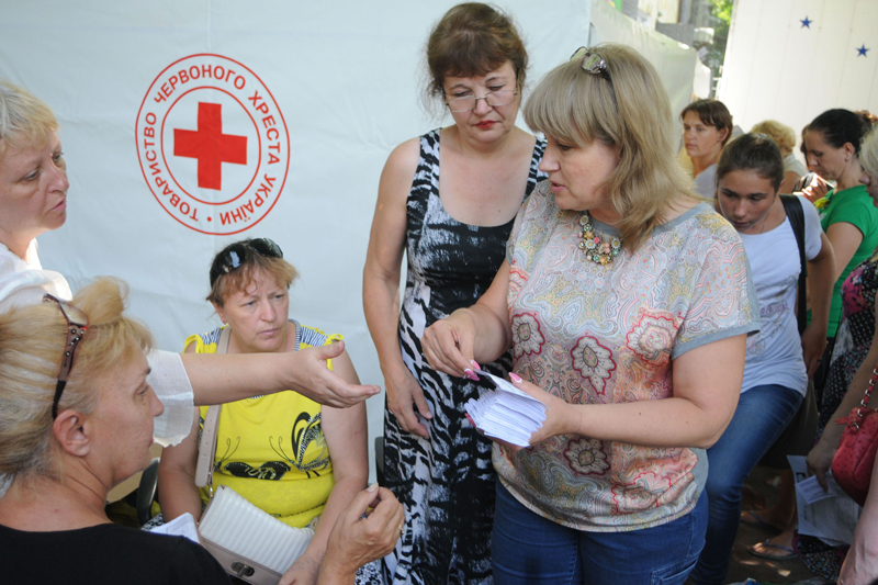 Kharkiv, Ukraine, 13 August 2014.  Thousands of people have fled to Kharkiv and other cities. In a programme coordinated with the local Red Cross Society, the ICRC distributed vouchers with which they could buy food.   © ICRC / Teun Voeten