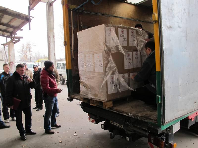 Zolotoe, Lugansk region, Ukraine, 18 November 2014.  Staff offload some of the flour, rice, vegetable oil, tinned food, etc. that was distributed to around 350 people.